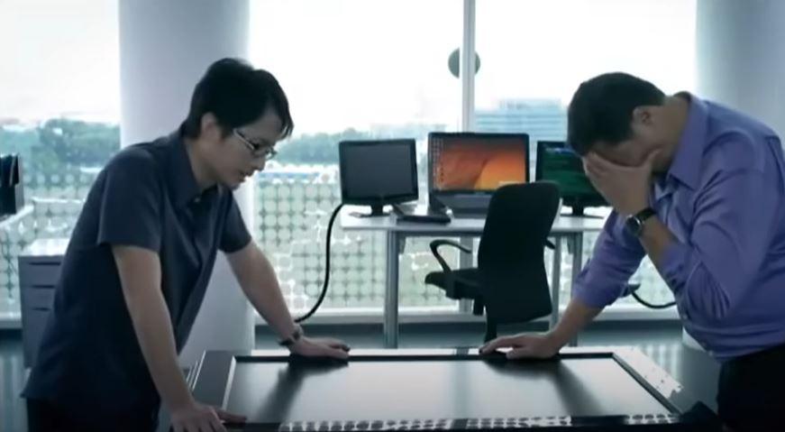 Immagine che contiene computer, tavolo, uomo  Descrizione generata automaticamente